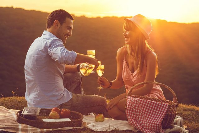 whats-so-romantic-about-picnics